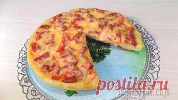 Пицца приготовленная на сковороде (2 пиццы) Продукты для теста на 2 пиццы:• Куриные яйца - 4 штуки• Кефир (2,5 % жирности) 1 стакан (250 мл.)• Пшеничная мука - 18 ст. ложек• Соль - одна щепоткаДля начинки я возьму:• Колбаса полукопченая примерн...