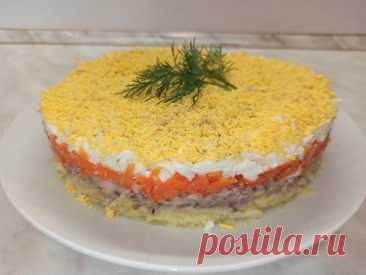 """Салат """"Мимоза"""" на любой праздничный стол. Популярный салат из СССР! Всем привет! Предлагаю приготовить всеми любимый и популярный слоёный салат """"Мимоза"""". Готовить мы его будем с сардиной, но можно использовать любую консервированную рыбу в масле. Этот салат готовиться из доступных продуктов, получается очень нежным, вкусным и сытным. А простота..."""