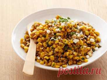 Салат из кукурузы на гриле с лаймом, перцем чили и сыром котиха