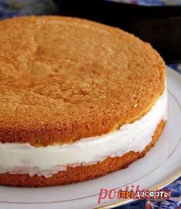 Торт с нежнейшим творожным кремом Для бисквита: - 5 яиц - 1 ст. сахар - 1 ст. муки - 1 ч.л. тертой цедры лимона Для крема: - 20 г желатина - 150 мл воды - 300 гр творога - 5 ст л сахарной пудры - 250 мл сливок - консервированные ананасы  Приготовление:  1. Белки взбить с сахаром до твердых пиков. По одному ввести желтки, хорошо взбить. Частями добавлять муку и аккуратно перемешивать. Вылить тесто в разъемную форму, застеленную бумагой. Не забудьте покрутить ф...