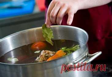 Когда добавлять лавровый лист в суп и нужно ли его доставать?