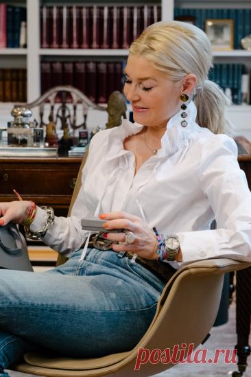 12 эффектных образов с джинсами для женщин 50+: Стильно, красиво и со вкусом Фото 1 — модный блогер Петра Динерс. И снова здравствуйте, вы на канале «Школа стиля 50+». Если вы носите джинсы «и в пир, и в мир, и добрые люди», тогда вы зашли по адресу. В этой статье мы поговорим, как с помощью вещей, которые присутствуют в женском гардеробе, создать стильный, красивый и эффектный образ. Фото […] Читай дальше на сайте. Жми подробнее ➡