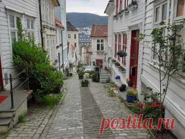 Как норвежцы украшают двери своих жилищ. Один из самых красивых переулков Бергена. Strangebakken   стелла ларсен   Яндекс Дзен