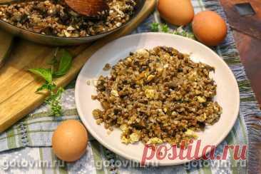 Гречка с грибами и вареным яйцом на сковороде. Рецепт с фото Если надоела обычная гречневая каша, то приготовьте гречку так, как описано в этом рецепте. В одной сковороде обжаривают овощи с грибами, добавляют крупу и доводят до полной готовности. В самом конце к гречневой каше добавляют вареные яйца. Они не только смягчают вкус, но и добавляют в меню полезные белки и жиры, содержащиеся в яйце. Да и выглядит каша наряднее. Такой вариант гречневой каши с грибами и яйцом можн...