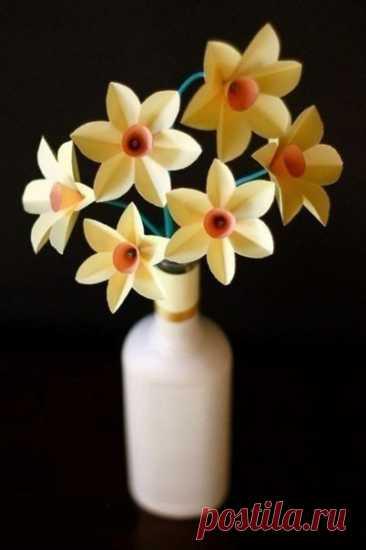 Нарциссы из бумаги Нарциссы из бумагиНастоящая женщина должна получать цветы каждый день.Поэтому полезно приучать малыша делать маме и бабушке цветы почаще.