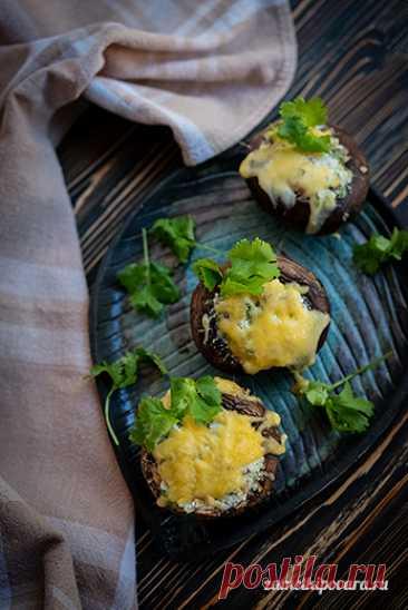 Шампиньоны, фаршированные творогом, чесноком, зеленью и солеными фисташками | Простые кулинарные рецепты с фотографиями