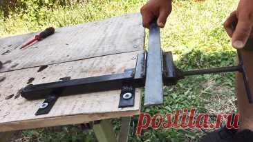 Как сделать простенькие тиски из металлолома Тиски в домашней мастерской никогда не будут лишними. На них можно обрабатывать как металлические, так и деревянные заготовки. Поскольку покупка тисков в магазине связана с существенными затратами, лучше их сделать своими руками из бросовых материалов. Необходимы лишь самые простые инструменты и