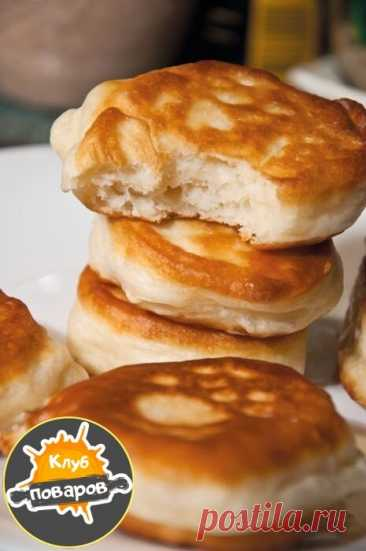 Fritters on kefir\u000a\u000aIngredients\u000a\u000a500 g of kefir\u000a1 egg\u000a350 g of flour\u000a2 tbsps of sugar\u000a1\/2 tsps of salt\u000a1\/2 tsps of soda\u000a150 g of vegetable oil for frying\u000a\u000aIn a bowl poured out kefir, egg, added sugar and salt.\u000aMixed flour with soda.\u000aPoured flour with soda into kefir.\u000aNimbus kneaded dough to smoothness.\u000aLeft to ripen for 20 minutes.\u000a\u000aWarmed a frying pan with a thick bottom and poured sunflower oil 0,5 cm high.\u000aFire under a frying pan is very important. On my electric stove warmed on...