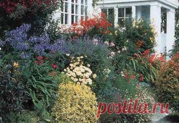 Типы цветников. Все цветники можно разделить по стилю на две группы: геометрические и свободные. Геометрические цветники отличаются строгой выравненностью участков, пропорциональностью и симметричностью. Свободный (естественный) стиль характеризуется вольным расположением растений. Клумбы - это различной конфигурации участки, засаженные цветами. Они могут быть из одного или из нескольких видов растений. Рано весной эффектны клумбы из тюльпанов, крокусов, примул.
