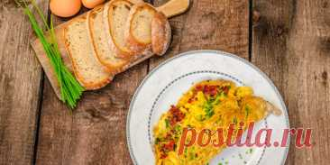 Приготовьте яйца по-новому. 10 необычных идей на любой вкус - БУДЕТ ВКУСНО! - медиаплатформа МирТесен Варианты блюд для тех, кто устал от банального омлета и глазуньи. 1. Желток на «облачке» Отделите белки от желтков и взбейте их с солью в устойчивую пену. Застелите противень пекарской бумагой, смажьте её маслом. Разделите белковую массу на порции и выложите их на противень. Каждой придайте форму
