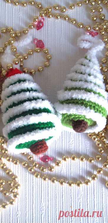 PDF Ёлочка на ёлочку крючком. FREE crochet pattern; Аmigurumi toy patterns. Амигуруми схемы и описания на русском. Вязаные игрушки и поделки своими руками #amimore - новогодняя ёлка, маленькая ёлочка к Новому году, ёлочное украшение.