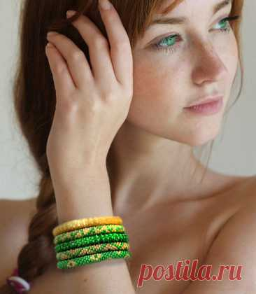 Браслеты «Апрель» - комплект браслетов, зеленый, желтый, лето – купить онлайн на Ярмарке Мастеров – JXL14RU | Комплект браслетов, Москва Браслеты «Апрель» - комплект браслетов, зеленый, желтый, лето в интернет-магазине на Ярмарке Мастеров. Комплект браслетов «Апрель» - сочные желтые и зеленые браслеты из бисера.  В апреле самая радостная зелень, самое желтое солнышко, сплошной позитив и одуванчики. Поэтому и браслеты получились сияющими и по-весеннему радостными.