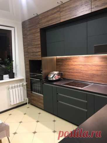 Лаконичная угловая кухня в темных цветах.