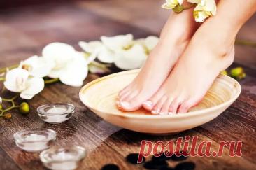 Запах от ног. Как от него избавиться Неприятный запах от ног вызывает у нас дискомфорт. И это не только эстетическая проблема. Он может стать поводом пересмотреть свои привычки или даже обратиться к врачу.