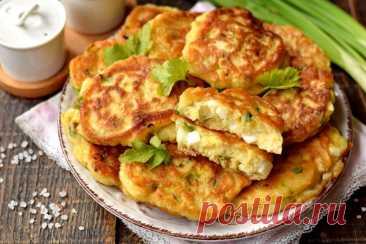 Самые быстрые пирожки с яйцом и зеленым луком Рецепт быстрых пирожков с начинкой. В качестве начинки используем отварные яйца, нарезанные кубиком, и зеленый лук. Тесто готовится на кефире с добавлением соды, за счет чего пирожки получаются пышными. Начинка добавляется в само тесто, и сразу можно жарить пирожки. Блюдо также часто называют — оладьи с припеком.