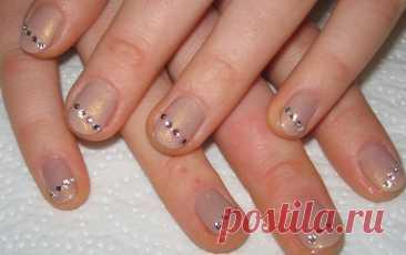 Маникюр на очень короткие ногти с блестками и стразами