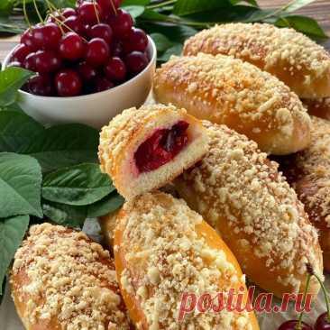 Пирожки с вишней и хрустящей штрейзельной крошкой Ингредиенты на 12 больших пирожков:Для теста:Мука — 300 гВода — 70 млСоль — 5 гСахар — 55 гДрожжи прессованные — 18 г (или сухие — 6 г)Яйца С1 — 2 шт.Масло сливочное — 30 гДля начинки:Вишня свежая без...