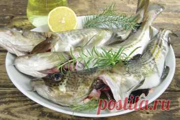 Как избавиться от запаха тины при приготовлении речной рыбы: готовим налима Речная рыба не менее вкусная, чем морская. Правда, при её приготовлении, стоит учитывать два нюанса: в ней много костей (чаще всего, и с этим мало что можно сделать), а еще она пахнет тиной. Избавиться от запаха не так уж сложно. Итак, что мы имеем. Свежего или замороженного налима (сазана, карася). Как поступить, чтобы отбить запах, из-за которого многие не едят речную рыбу. Делимся секретами. И д...