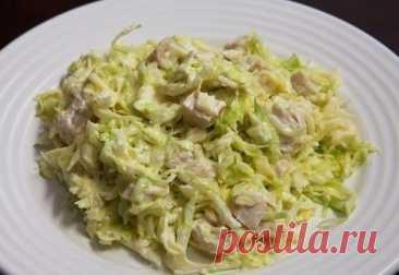 La ensalada de la col fresca con la gallina