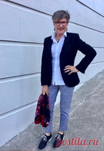 Стильные образы в брючках для современной женщины 60+ Дамам в возрасте 60+ можно носить разные брюки. Это могут быть джинсы, предпочтение следует отдавать классическим моделям без агрессивного декора. Джинсы следует выбирать со средней или слегка завышенной посадкой. Модели могут быть стандартной длины или укороченные. Фасоны брюк следует подбирать по типу фигуры. Универсальный вариант –... Читай дальше на сайте. Жми подробнее ➡