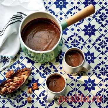 Мексиканский горячий шоколад Ингредиенты: молоко — 600 млсахар коричневый — 80 гр шоколад горький — 150 гр корица (2 палочки) — 1 ч. л. сахар (ванильный) — 1 ч. л. соль — 1 горсть яйцо куриное — 2 штПриготовление:1.Нагрейте молоко, но не дайте ему закипеть, введите...
