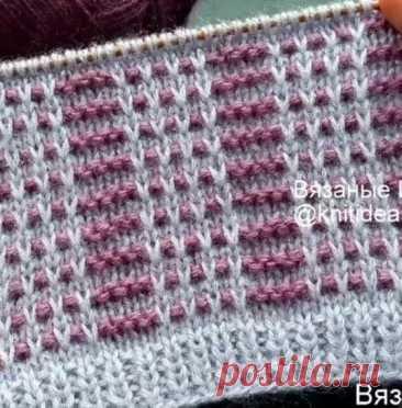 Красивый двухцветный узор со снятыми петлями  Источник: https://www.instagram.com/p/CIYydTonbrT/  Сегодня я предлагаю вместе связать интересный двухцветный узор спицами. Вяжется он довольно просто, цвет меняется каждые 2 ряда. Узор подойдет для вязания теплых вещей, например шапки или свитера.  Образец связан из пряжи Ангора голд симли и Ангора голд, каждый цвет в 2 нити, спицы №3.  Раппорт узора 11 петель и 4 ряда.  Набрать количество петель кратное 11 +4 п. симметрии +2 ...
