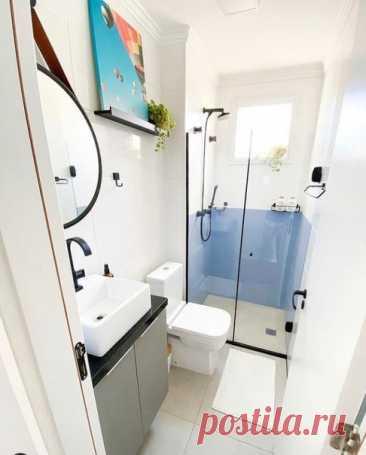 Если ванная комната маленькая, продумывайте дизайн особенно тщательно. Что нужно вместить: Если выбор между ванной и душевой кабиной.Однозначно, кабина — она сэкономит место. К тому же, прозрачная кабина помогает избежать визуальных преград в небольшом пространстве. Раковина на тумбе, куда можно спрятать все мыльные принадлежности. Вместо обычного зеркала можно повесить шкафчик с зеркальными дверцами. Стиральная машина. Иногда ее ставят под раковину. Но лучше рассмотреть возможность переезда…