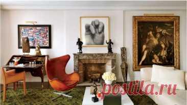 Сочетание нескольких веков в одной гостиной. Над письменным столом XVIII века - картина Жана Дюбюффе 1980-х годов; маска догонов стоит справа от камина, фотография сделана Джоном Коплансом, а картина в позолоченной раме - венецианский ренессанс.