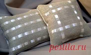 Красивое сочетание мешковины с атласной лентой. Декоративные подушки из мешковины