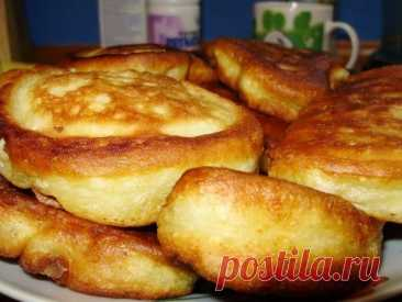 Пышные оладушки на кефире  Кефир – 0.5 литра; Яйцо- 1 шт.; Сахар – 6 ст.л.; Сахар ванильный – 1 пакетик; Сметана – 2 ст.л.; Сода – 1 полная ч.л.; Уксус – 0.5 ч.л.; Соль – 0.5 ч.л.; Мука – 2 стакана (объемом 250 мл) примерно 320-340 грамм  Взбить яйцо с сахаром, сметану, ванильный сахар. Влить теплый кефир и перемешать. В другую посуду просеять муку, добавить соль и соду, погашенную уксусом . Влить жидкую (не наоборот(!) ) смесь в мучную и слегка перемешать. Должны остаться...