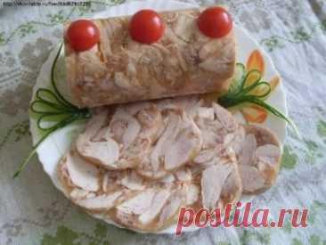 Куриный рулет в бутылке Обычная пластиковая бутылка из-под газировки способна превратить тушеное куриное мясо в аккуратный куриный рулет, который выглядит не хуже покупного, но не содержит консервантов и сомнительных добавок. Пользуюсь этим рецептом уже не первый год. Рецепт на сайте: https://vkusnotishcha.ru/recipes/110302/kurinyj-rulet-v-butylke.html?t=2055
