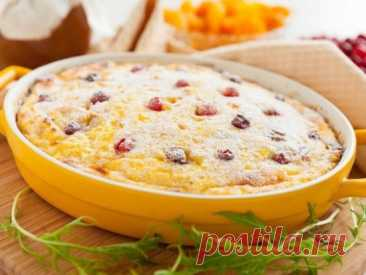 """Творожно- рисовый десерт на завтрак  Ингредиенты 100 гр. риса """"жасмин"""" 0,4 литра молока 400 гр. нежирного творога (у меня 1.8%) 2 крупных яблока (у меня сладкие))) большая горсть изюма 10 шт. чернослива 4-5 шт. кураги 3 яйца несколько капель ванильной эссенции или неск. кристаллов ванилина 1 ч.л. питьевой соды сахар (я не добавляла) ягоды, орешки кешью и сливоки для взбивания для украшения."""
