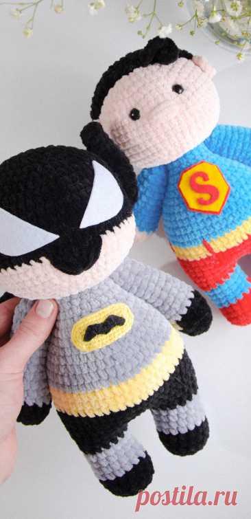 "PDF Супергерои ""Бэтмен против Супермена"" крючком. FREE crochet pattern; Аmigurumi doll patterns. Амигуруми схемы и описания на русском. Вязаные игрушки и поделки своими руками #amimore - кукла Бэтмен из плюшевой пряжи, плюшевый Супермен."