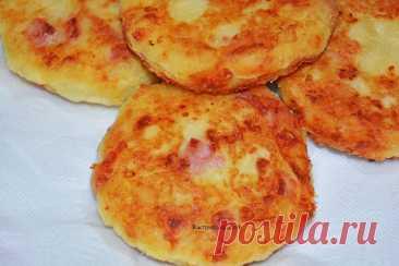 Картофельные шницели – нежные, мягкие, ароматные Назвать это блюдо можно как угодно: шницели, биточки, котлетки, еще как-то. Думаю, что это абсолютно неважно. Главное, что это действительно очень вкусно, предельно просто и, как всегда, вполне доступно. Ингредиенты: — Вареный «в мундире» картофель – 1,2 кг. — Колбаса любая – 250 гр. — Сыр (плавленый не подходит) – 100 гр. — Мука в/с […] Читай дальше на сайте. Жми подробнее ➡