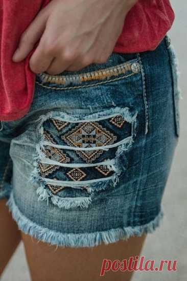 Украшаем джинсовые шорты цветной тканью. Идеи для переделки