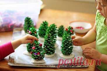 Новогодние поделки из шишек для детей (40 фото) - красивые идеи своими руками Зима – самое время для игрушек и украшений из всех природных материалов. В этот раз подготовили для тебя подборку новогодних поделок из шишек для детей. Есть попроще, а есть посложнее – выбирай!