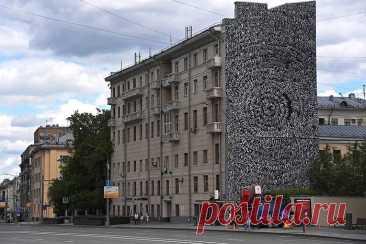 В Москве спасли от коммунальщиков стену с именами пропавших детей | Пикабу