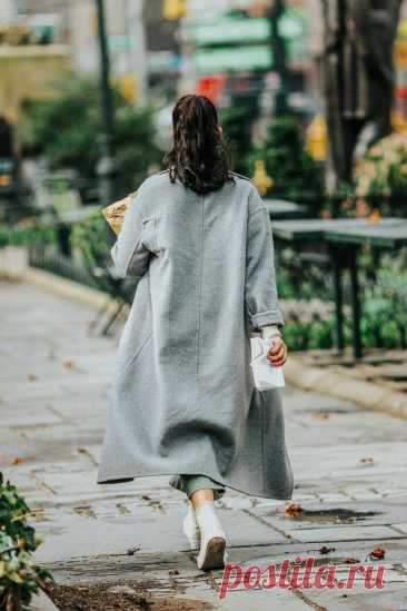 Шерстяное пальто длины миди, модного серого цвета, прямого кроя. Тенденции моды осень-зима 2021/2022