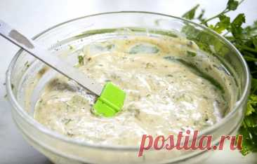 Заправка для салата. 20 рецептов, как вкусно приготовить в домашних условиях Что немаловажно, такая заправка для салата обычно быстро и легко готовится, а также отлично хранится в холодильнике какое-то время.