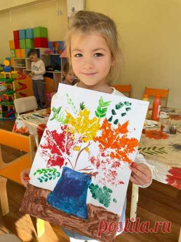 Малыши рисуют осенние натюрморты  Воспитанники нашего детского сада редко бывают без прекрасного настроения, даже несмотря на холодную погоду. Они рисуют всю красоту этого времени года, выплескивая свои творческие порывы. В город ворвалась осень. Повсюду летают шелестящие листья, природа окрасилась в разные цвета. Частный детский сад Классическое образование предложил детишкам нарисовать это прекрасное время года. Посмотрите, какая получилась красота!