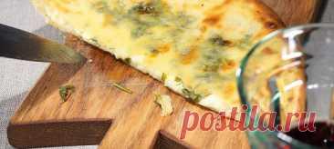Хачапури с зеленью. Рецепт Муку (530 г) просеять в глубокую миску, добавить дрожжи, соль, сахар, комнатной температуры молоко, растительное масло и 20 грамм размягченного сливочного. Все тщательно перемешать до однородности, если нужно, влить немного воды (около 50 мл). Накрыть миску с тестом, оставить на тридцать-сорок минут. Разделить тесто на пять порций — их нужно использовать сразу же или отправить в холодильник.