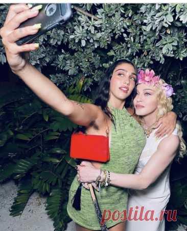 Мадонна вздрогнула, увидев фотографию своей дочери Приветствую всех, зашедших к нам на огонёк. Мы, как обычно, обсуждаем и рассуждает на тему «Красота». И сегодня главное действующее лицо — поп-королева Мадонна, а точнее она со своей дочерью Лурдес.  Мадонна поделилась новым снимком в Instagram со своей дочерью Лурдес.  Споры в комментариях вызвала одна деталь фото — у дочери поп-звезды волосы […] Читай дальше на сайте. Жми подробнее ➡