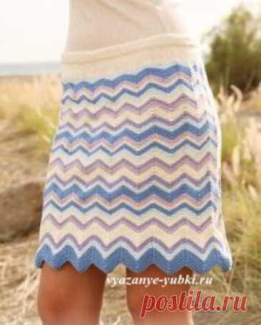 Короткая вязаная юбка спицами с узором из зигзагов, схемы вязания