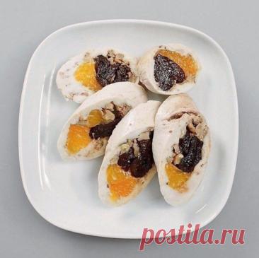 Паровой куриный рулет с мандаринами и черносливом    На 100 гр - 141.85 ккал  белки - 18.72  жиры - 5.86  углеводы - 2.83   Главная прелесть этого рулета заключается в том, что начинка в нем может быть какой угодно: овощной, грибной, или как тут — фруктовой. Куриное мясо вообще неплохо сочетается со сладкими фруктами — например, с грушами или абрикосами, которые для усиления вкуса лучше брать не в свежем, а сушеном виде. А чтобы сбалансировать сладость, можно добавлять поб...