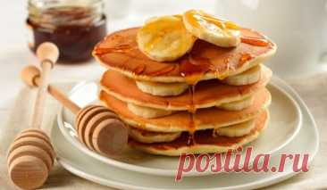 Banana pancakes: fast and useful having a snack from only two ingredients