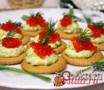 Los canapés de Año Nuevo sobre las galletas de la foto la receta de la preparación