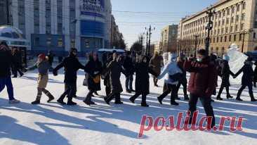 Tochka Zрения ⁄ В Хабаровске протестующие водили хороводы за Навального 10:16, Хабаровск, Tochka Zрения, Курьёзные протесты в поддержку блогера Навального прошли в Хабаровске. Малочисленные протестующие, как за Навального, так и за Фургала одновременно…