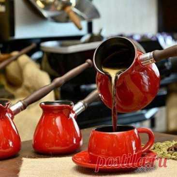 КАК СВАРИТЬ ВКУСНЫЙ КОФЕ (10 советов)  1. Чистая вода  Чтобы сварить вкусный кофе, вам понадобится чистая вода. Сразу забудьте о воде из-под крана, если хотите получить идеальный ароматный и манящий напиток =)  2. Не спешите  Если вы варите кофе в турке (читайте оригинальный рецепт кофе в турке), всегда ставьте самый маленький огонь. Понимаю, конечно, что хочется как можно быстрее сделать первый глоток, но спешка тут ни к чему. Запомните – кофе варится долго.  3. Турка с у...