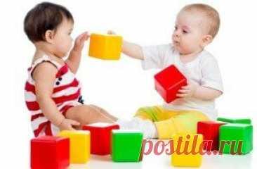 Как научить ребенка различать цвета Знакомство с понятием цвета и его восприятия происходит у ребенка с момента его появления на свет. Но умение осознанно различать цвета, произносить их названия, выделять базовые оттенки из остальных формируется к возрасту 2-3 лет. Сегодня мы расскажем, как научить ребенка различать цвета, рассмотрим простейшие методики для легкого обучения цвету, и подскажем, что делать, если у малыша возникают трудности с запоминанием цветов. Содержание...