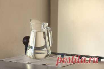 Вот почему индийские монахи и все стройные женщины пьют натощак именно кипяченую воду (горячую), а не сырую. Живая вода не в пластиковых бутылках, не из фильтров, а только дождевая или кипяченая.